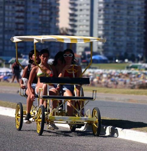 Paseando con un carrito a pedales en Pinamar